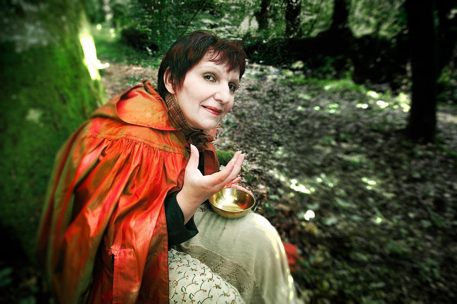 © Studio Niko : Conteuse Nora Urbain dans la forêt de Brocéliande